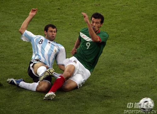 图文:阿根廷2-1墨西哥 马斯切拉诺积极补防