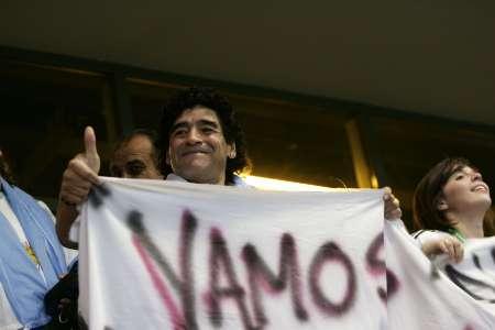 图文:阿根廷2-1墨西哥 马拉多纳举标语