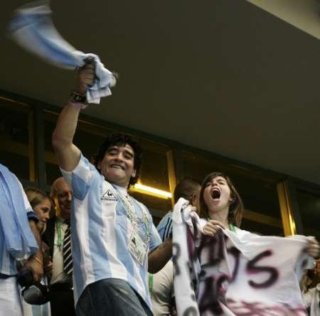 图文:阿根廷2-1墨西哥 马拉多纳兴奋不已