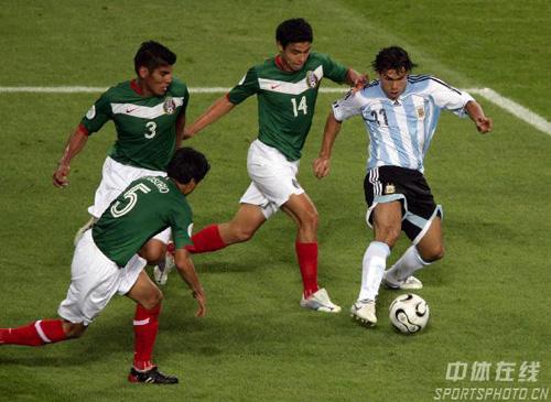 """图文:阿根廷2-1墨西哥 特维斯遭遇""""围攻"""""""