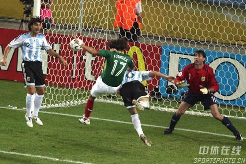 图文:阿根廷2-1墨西哥 双方在阿根廷门前大战