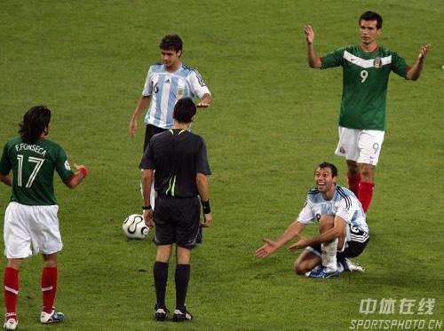 图文:阿根廷2-1墨西哥 双方队员向裁判辩解