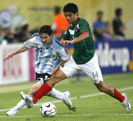 图文:阿根廷2-1墨西哥 梅西在比赛中拼抢