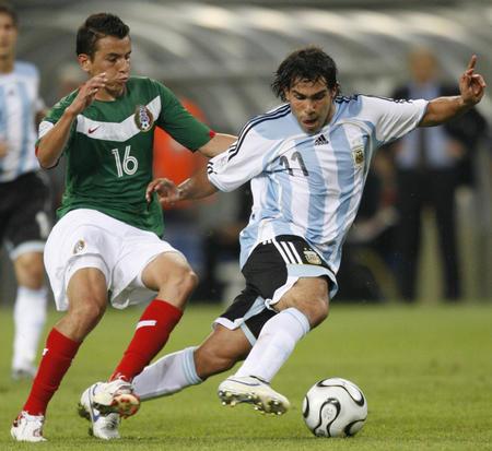 图文:阿根廷2-1墨西哥 特维斯带球突破
