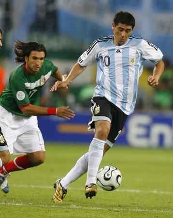 图文:阿根廷2-1墨西哥 抢球互不相让