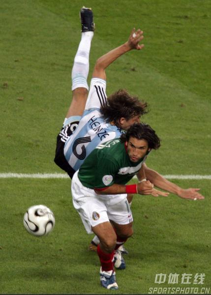 图文:阿根廷2-1墨西哥 双方杀的人仰马翻