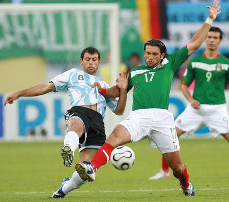 图文:阿根廷2-1墨西哥 马斯切拉诺积极拼抢