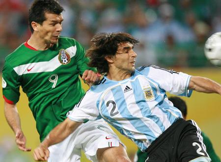 图文:阿根廷2-1墨西哥 阿亚拉防守博格蒂