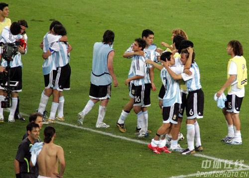 组图:阿根廷2-1墨西哥 阿根廷队欢庆胜利