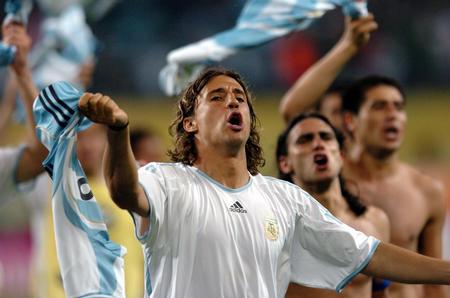 图文:阿根廷2-1墨西哥 克雷斯波赛后欢呼
