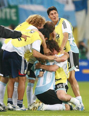 图文:阿根廷2-1墨西哥 球员庆祝比赛获胜