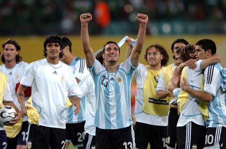 图文:阿根廷2-1墨西哥 球员庆祝胜利