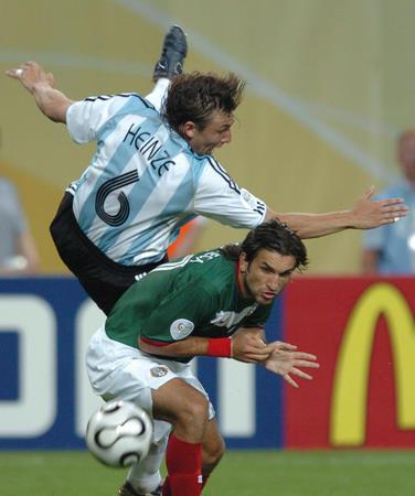 图文:阿根廷2-1墨西哥 海因策拼抢失去重心
