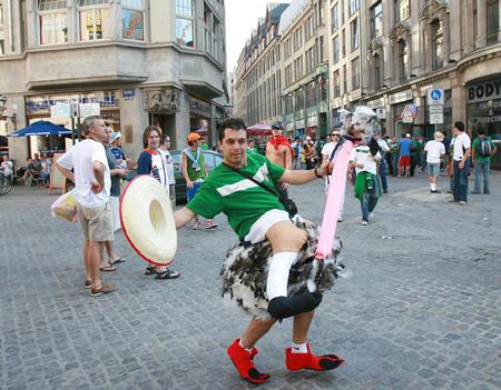 图文:阿根廷2-1墨西哥 球迷表演鸵鸟舞