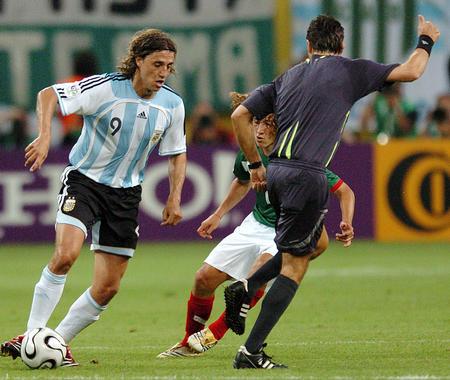 图文:阿根廷2-1墨西哥 克雷斯波突破防守