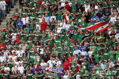 图文:阿根廷2-1墨西哥 墨西哥球迷为球队加油