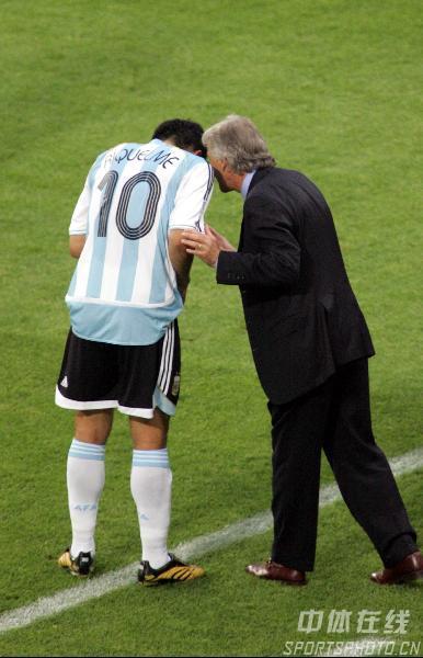 图文:阿根廷2-1墨西哥 阿主帅叮嘱里克尔梅