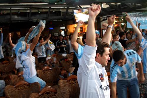 图文:阿根廷2-1墨西哥 中阿球迷狂欢庆祝