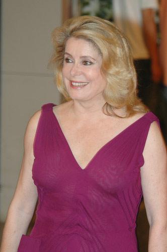 图:凯瑟琳-德纳芙穿紫色低胸晚礼服优雅亮相