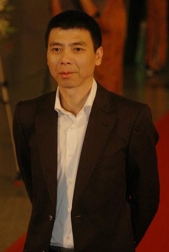 图:冯小刚黑衣白衫帅气亮相上海影节闭幕式