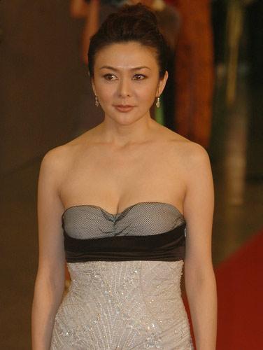 图:关芝琳低胸长裙艳丽四座走过闭幕式红毯