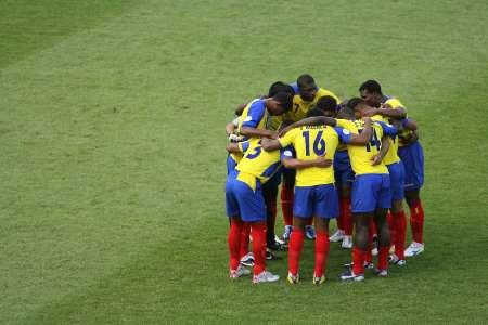 图文:英格兰VS厄瓜多尔 厄队员赛前互相打气