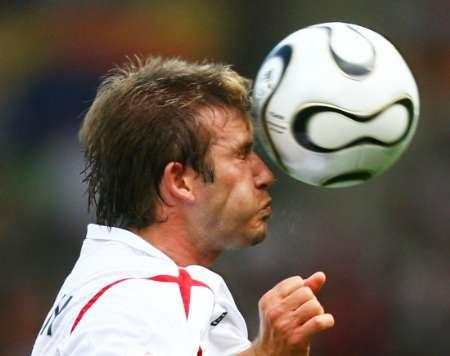 图文:英格兰VS厄瓜多尔 贝克汉姆的精彩头球