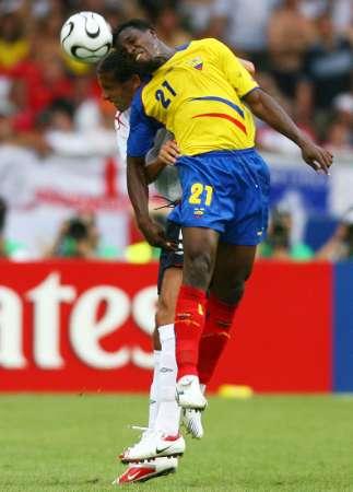 图文:英格兰VS厄瓜多尔 特诺里奥争顶头球