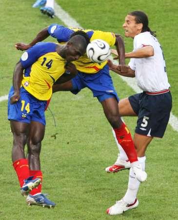 图文:英格兰VS厄瓜多尔 厄瓜多尔球员拼抢