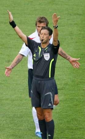 图文:英格兰VS厄瓜多尔 小贝不满裁判判罚
