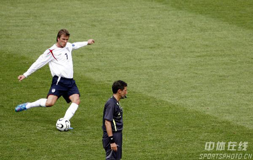 图文:英格兰VS厄瓜多尔 贝克汉姆罚任意球瞬间