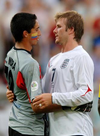 图文:英格兰VS厄瓜多尔 贝克汉姆友好举动
