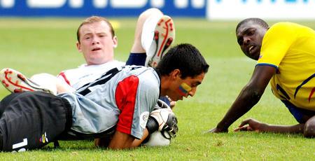 图文:英格兰VS厄瓜多尔 莫拉扑救后抱住足球