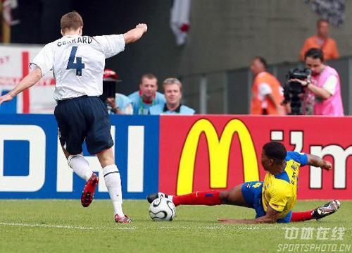 图文:英格兰1-0厄瓜多尔 杰拉德进攻受阻