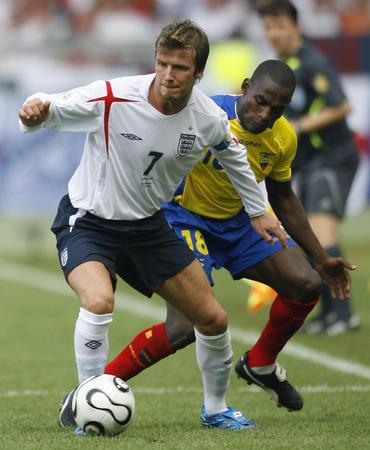图文:英格兰1-0厄瓜多尔 贝克汉姆比赛带球