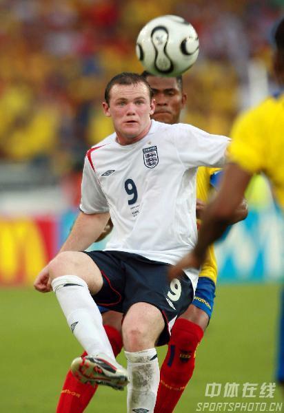 图文:英格兰1-0厄瓜多尔 英队鲁尼比赛中突破