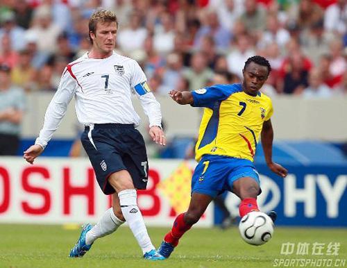 图文:英格兰1-0厄瓜多尔 贝克汉姆比赛中传球