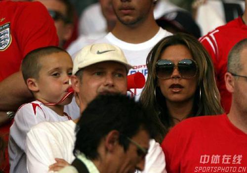图文:英格兰1-0厄瓜多尔 辣妹现场为小贝加油