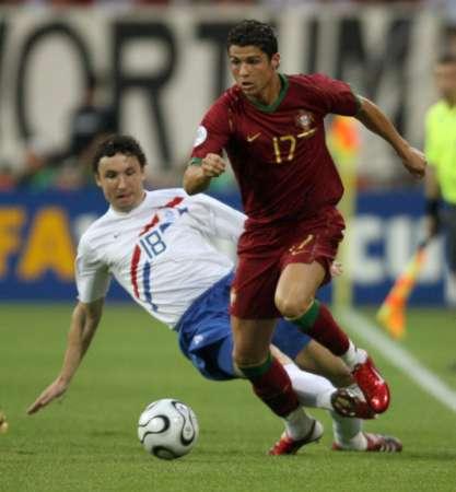 组图:葡萄牙VS荷兰 C-罗纳尔多带球突破