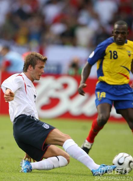 图文:英格兰1-0厄瓜多尔 贝克汉姆(左)铲球