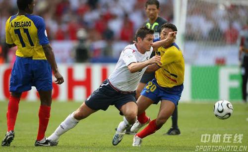 图文:英格兰1-0厄瓜多尔 兰帕德强行突破