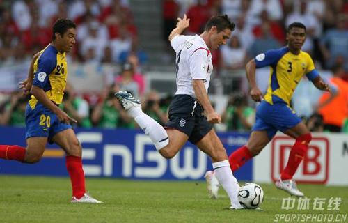 图文:英格兰1-0厄瓜多尔 兰帕德拔腿射门