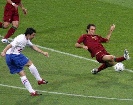 图文:葡萄牙VS荷兰 葡萄牙球员用身体挡球