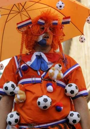 图文:葡萄牙VS荷兰 荷兰球迷满身小饰物