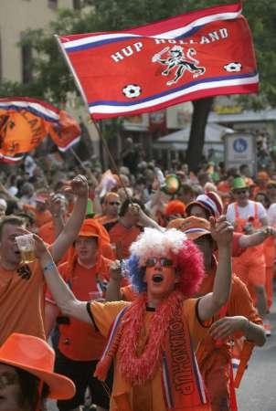 图文:葡萄牙VS荷兰 荷兰球迷前往球场