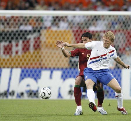 图文:葡萄牙VS荷兰 库伊特与对方球员拼抢