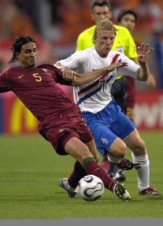 图文:葡萄牙VS荷兰 费尔南多与对方球员拼抢
