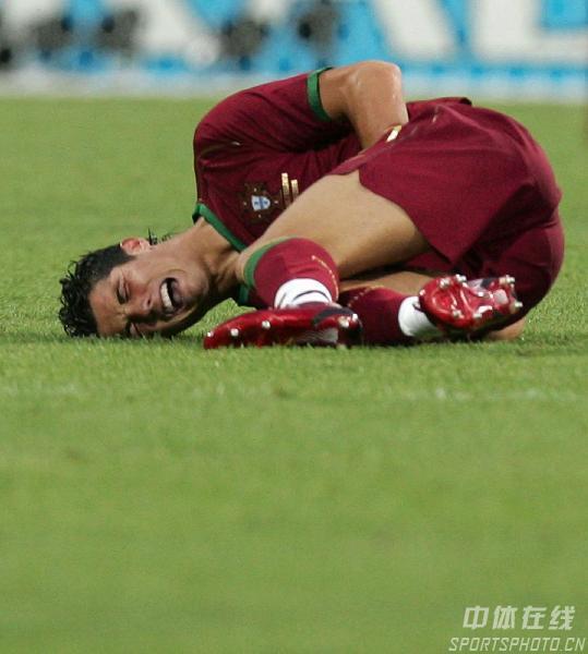 图文:葡萄牙VS荷兰 罗纳尔多比赛中受伤倒地