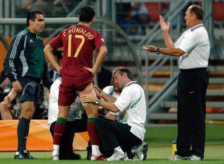 图文:葡萄牙1-0荷兰 克-罗纳尔多接受治疗