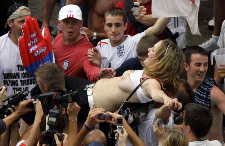 组图:英格兰1-0厄瓜多尔 疯狂球迷露点庆祝